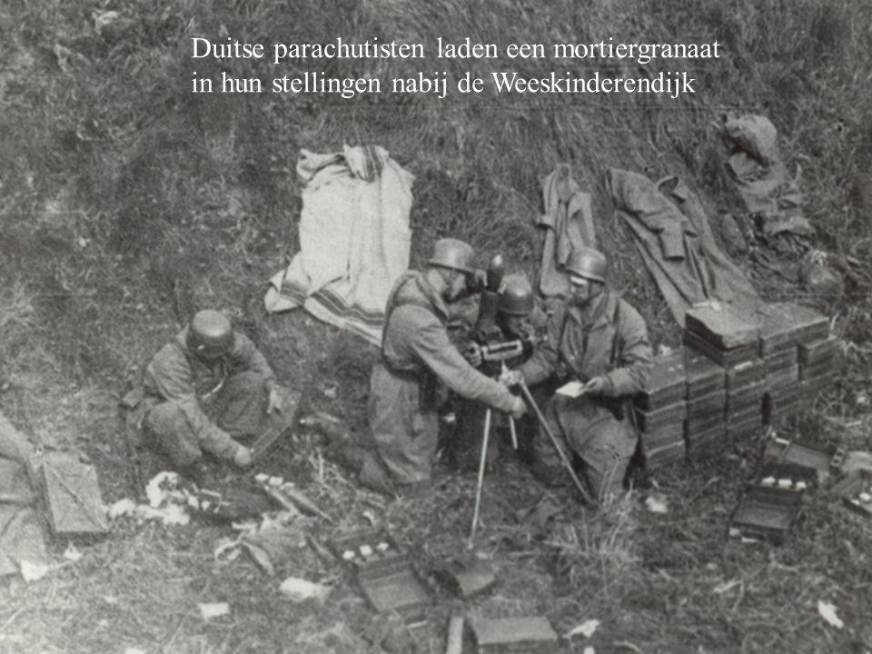 Duitse parachutisten laden een mortiergranaat in hun stellingen nabij de Weeskinderendijk