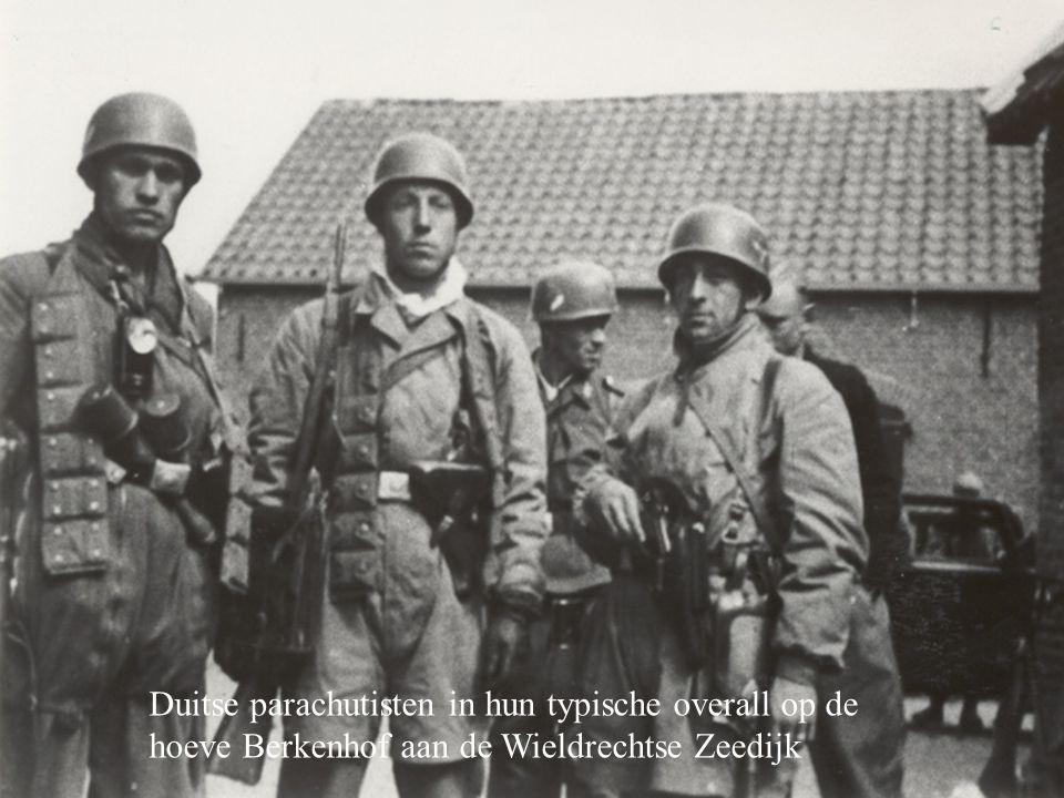 Duitse parachutisten in hun typische overall op de hoeve Berkenhof aan de Wieldrechtse Zeedijk