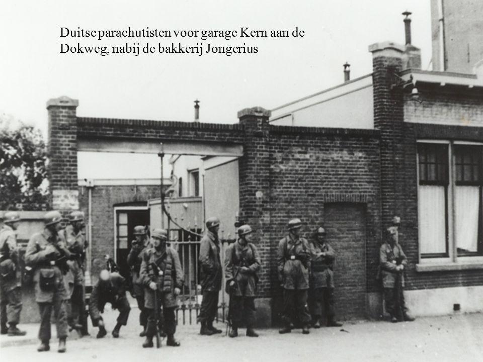 Gevangen genomen Nederlandse militairen aan de noordelijke oprit van de Moerdijk- verkeersbrug.