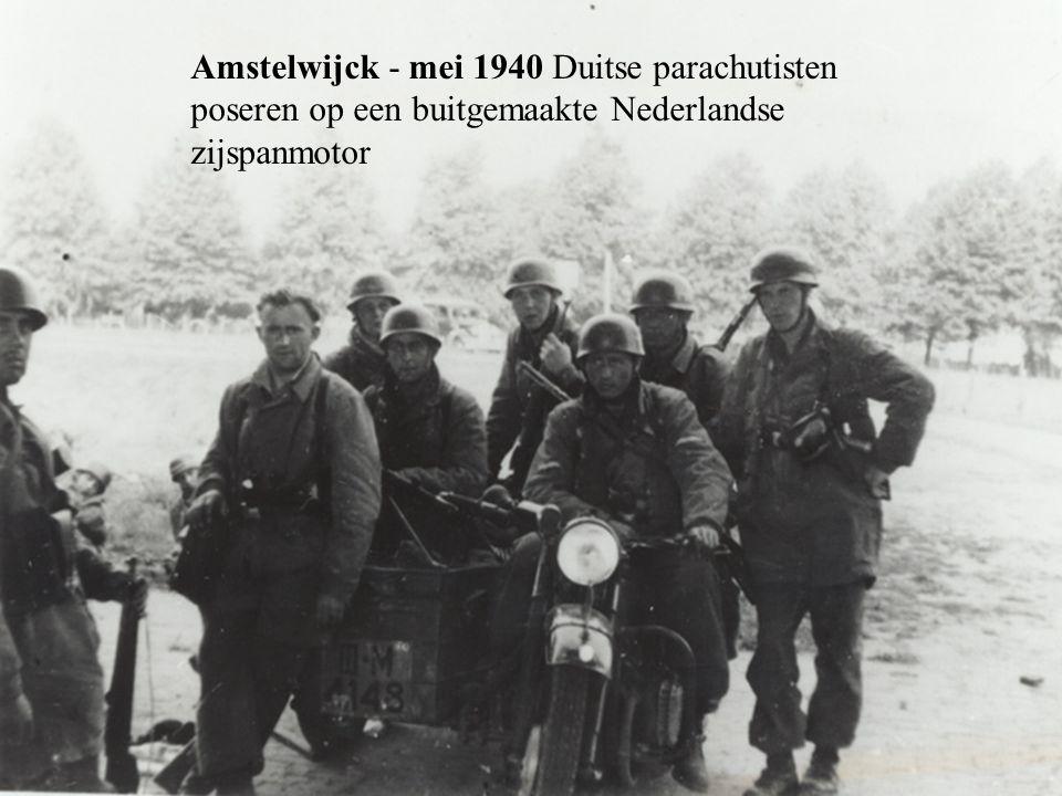 Amstelwijck - mei 1940 Duitse parachutisten poseren op een buitgemaakte Nederlandse zijspanmotor
