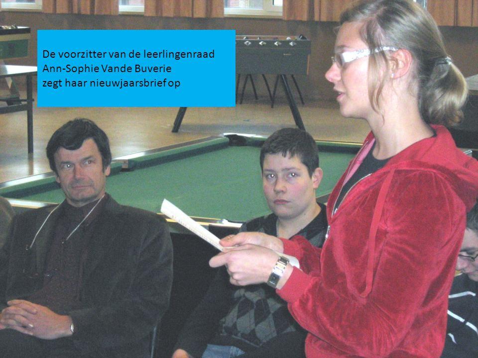 De voorzitter van de leerlingenraad Ann-Sophie Vande Buverie zegt haar nieuwjaarsbrief op