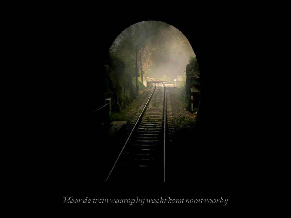 Maar de trein waarop hij wacht komt nooit voorbij
