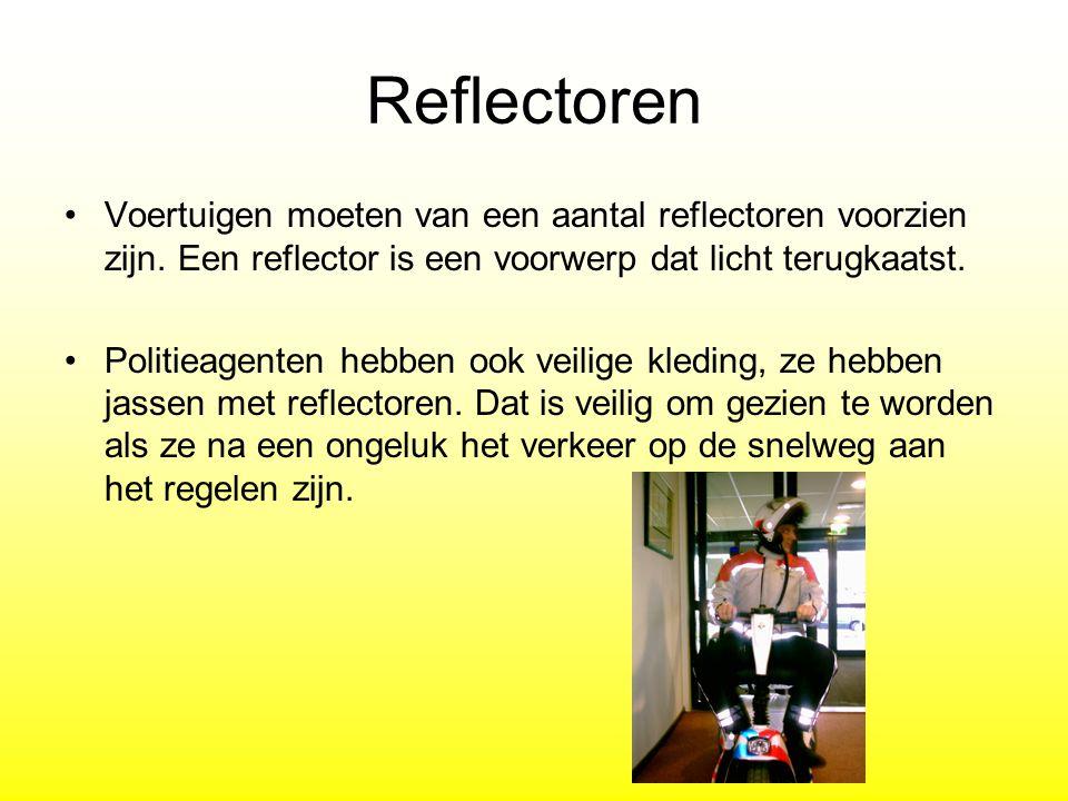 Reflectoren Voertuigen moeten van een aantal reflectoren voorzien zijn. Een reflector is een voorwerp dat licht terugkaatst. Politieagenten hebben ook