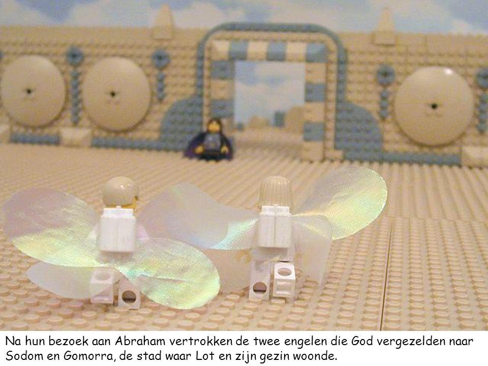 Na hun bezoek aan Abraham vertrokken de twee engelen die God vergezelden naar Sodom en Gomorra, de stad waar Lot en zijn gezin woonde.