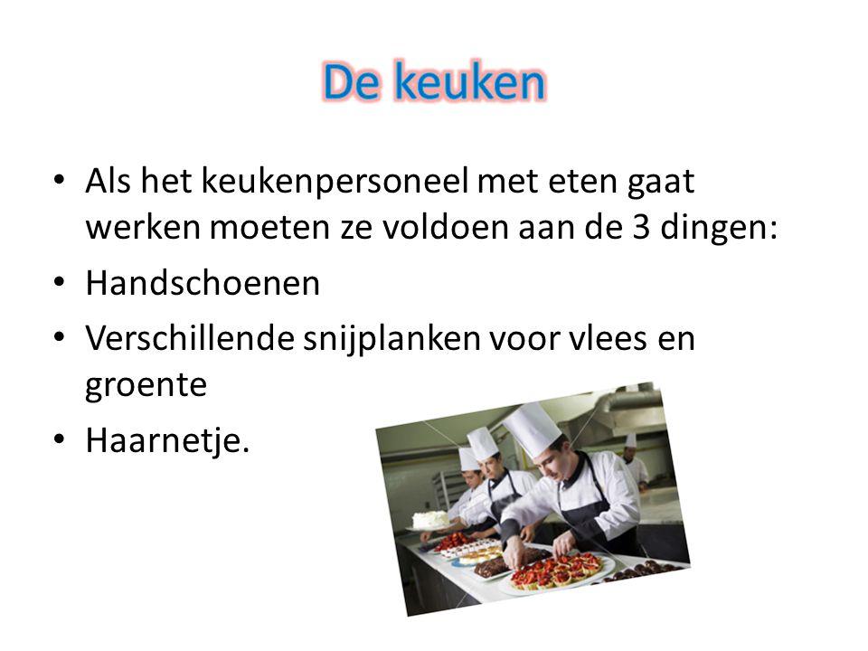 Als het keukenpersoneel met eten gaat werken moeten ze voldoen aan de 3 dingen: Handschoenen Verschillende snijplanken voor vlees en groente Haarnetje.