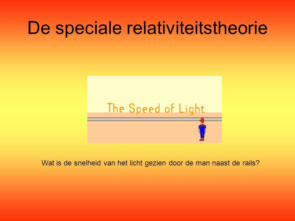 De speciale relativiteitstheorie Wat is de snelheid van het licht gezien door de man naast de rails?
