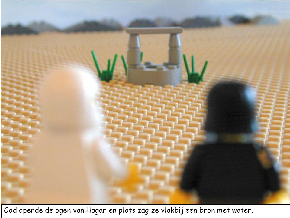 God opende de ogen van Hagar en plots zag ze vlakbij een bron met water.