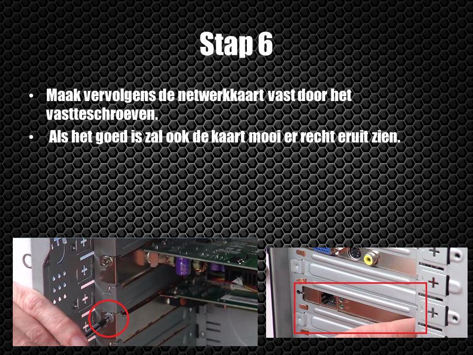 Stap 6 Maak vervolgens de netwerkkaart vast door het vastteschroeven. Als het goed is zal ook de kaart mooi er recht eruit zien.