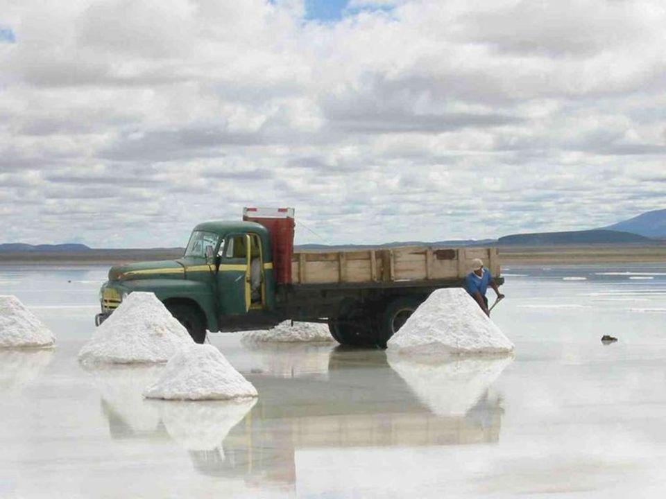 De traditionele manier om zout te winnen bestaat er in om het op kleine hopen te stapelen waardoor het water kan verdampen en het daarna makkelijk kan