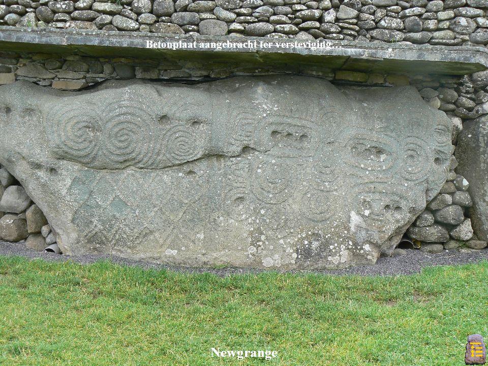 Betonplaat aangebracht ter versteviging… Newgrange