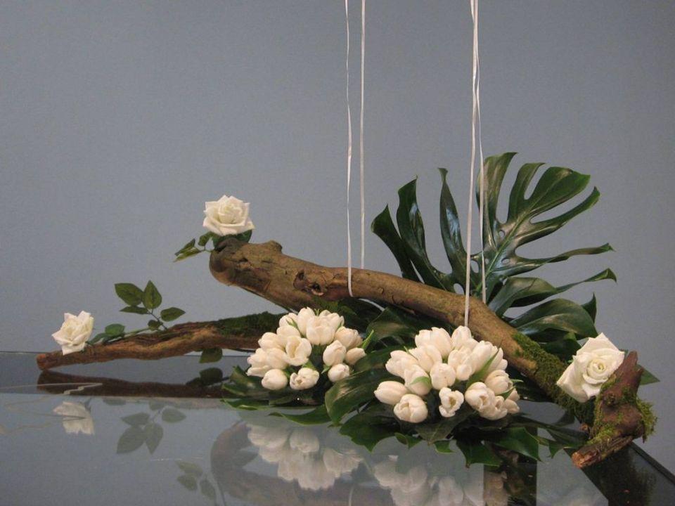 De twee witte bolvormen met tulpen zijn Iris en Marius als twee parels in Gods hand, (het grote vingerblad)
