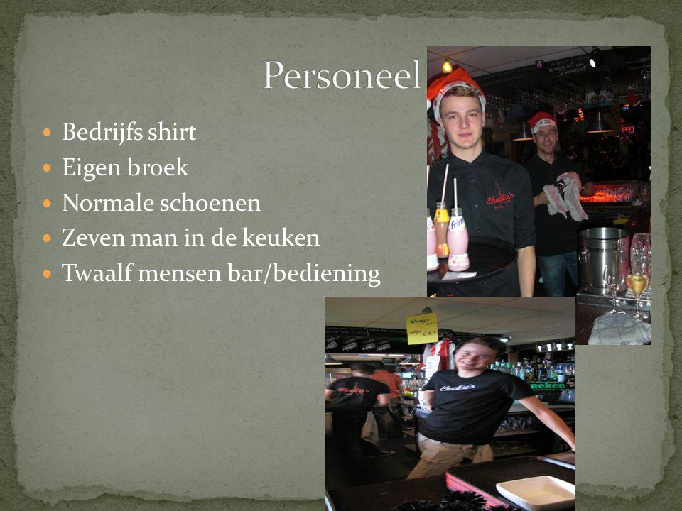 Bedrijfs shirt Eigen broek Normale schoenen Zeven man in de keuken Twaalf mensen bar/bediening