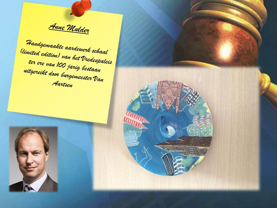 Anne Mulder Handgemaakte aardewerk schaal (limited edition) van het Vredespaleis ter ere van 100 jarig bestaan uitgereikt door burgemeester Van Aartsen