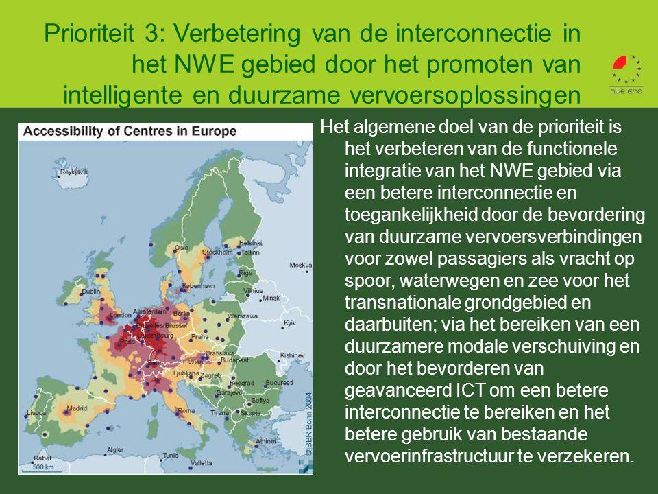 Prioriteit 3: Verbetering van de interconnectie in het NWE gebied door het promoten van intelligente en duurzame vervoersoplossingen Het algemene doel van de prioriteit is het verbeteren van de functionele integratie van het NWE gebied via een betere interconnectie en toegankelijkheid door de bevordering van duurzame vervoersverbindingen voor zowel passagiers als vracht op spoor, waterwegen en zee voor het transnationale grondgebied en daarbuiten; via het bereiken van een duurzamere modale verschuiving en door het bevorderen van geavanceerd ICT om een betere interconnectie te bereiken en het betere gebruik van bestaande vervoerinfrastructuur te verzekeren.