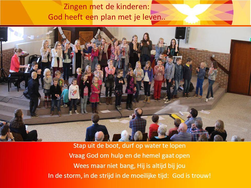 Stap uit de boot, durf op water te lopen Vraag God om hulp en de hemel gaat open Wees maar niet bang, Hij is altijd bij jou In de storm, in de strijd in de moeilijke tijd: God is trouw.