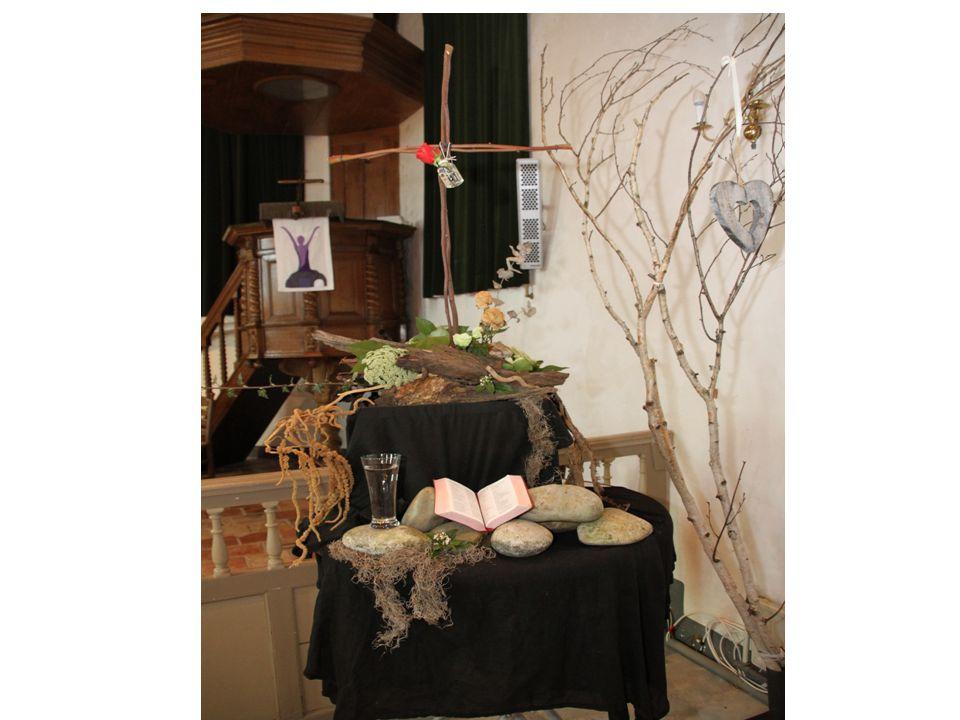 Liturgisch bloemwerk ---Stille zaterdag--- Eustoma: Witte bloemen; op Stille zaterdag breekt het licht door van Paasmorgen.