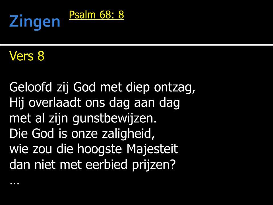 Vers 8 Geloofd zij God met diep ontzag, Hij overlaadt ons dag aan dag met al zijn gunstbewijzen.