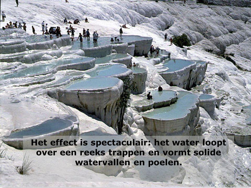 Het effect is spectaculair: het water loopt over een reeks trappen en vormt solide watervallen en poelen.