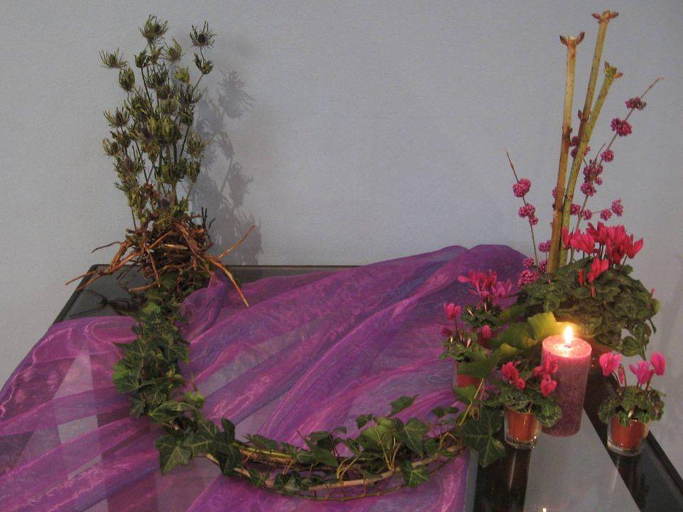 De kleur paars van advent is de kleur van ootmoet en verwachting, we zien vol hoop uit naar het licht van Kerst.