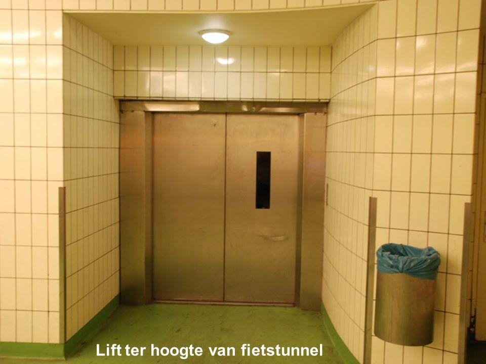 Als je niet de enorme roltrappen durft te nemen mag je gebruik maken van de lift die brengt je naar de fietstunnel