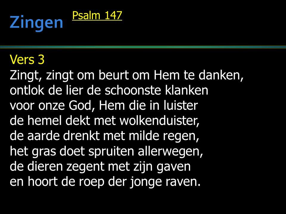 Vers 3 Zingt, zingt om beurt om Hem te danken, ontlok de lier de schoonste klanken voor onze God, Hem die in luister de hemel dekt met wolkenduister,