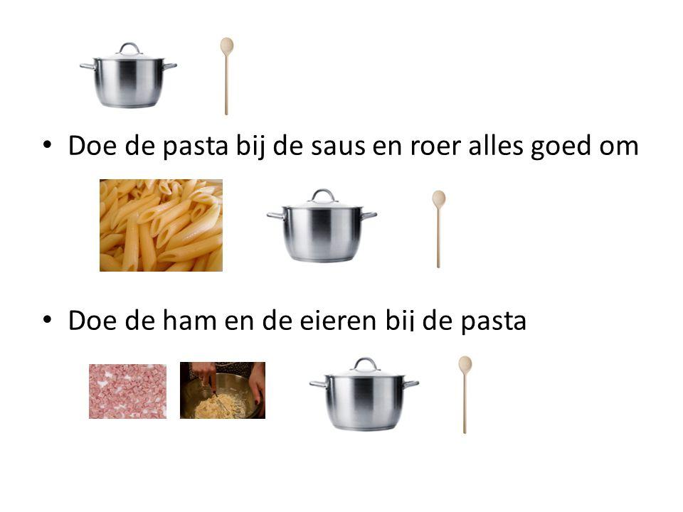 Doe de pasta bij de saus en roer alles goed om Doe de ham en de eieren bij de pasta