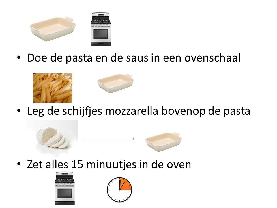 Doe de pasta en de saus in een ovenschaal Leg de schijfjes mozzarella bovenop de pasta Zet alles 15 minuutjes in de oven