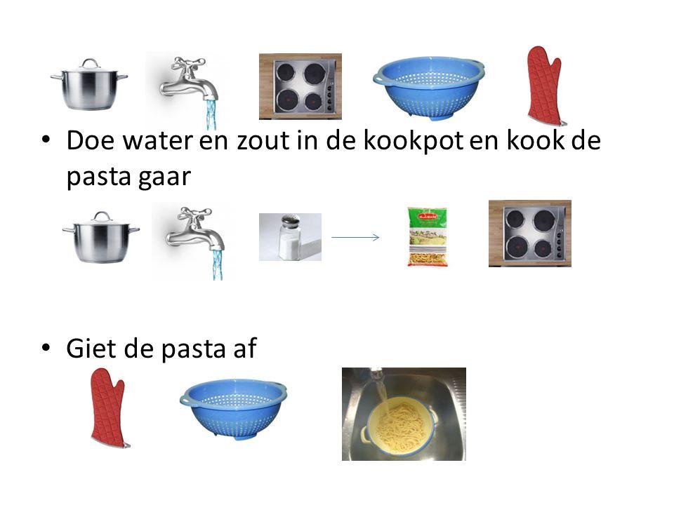 Doe water en zout in de kookpot en kook de pasta gaar Giet de pasta af