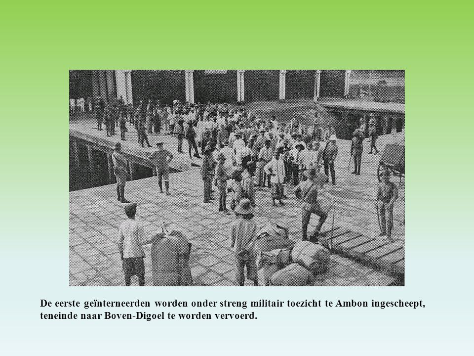 De eerste geïnterneerden worden onder streng militair toezicht te Ambon ingescheept, teneinde naar Boven-Digoel te worden vervoerd.