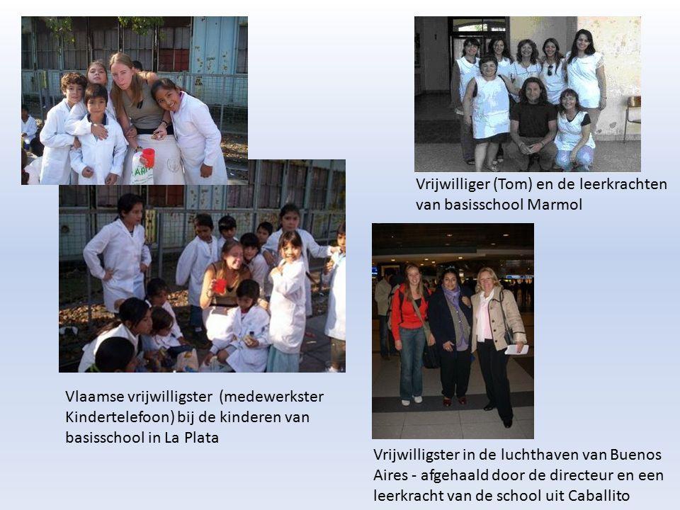 Vlaamse vrijwilligster (medewerkster Kindertelefoon) bij de kinderen van basisschool in La Plata Vrijwilligster in de luchthaven van Buenos Aires - af