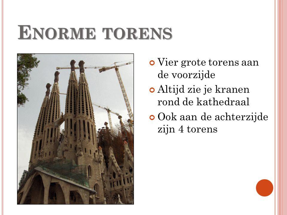 E NORME TORENS Vier grote torens aan de voorzijde Altijd zie je kranen rond de kathedraal Ook aan de achterzijde zijn 4 torens