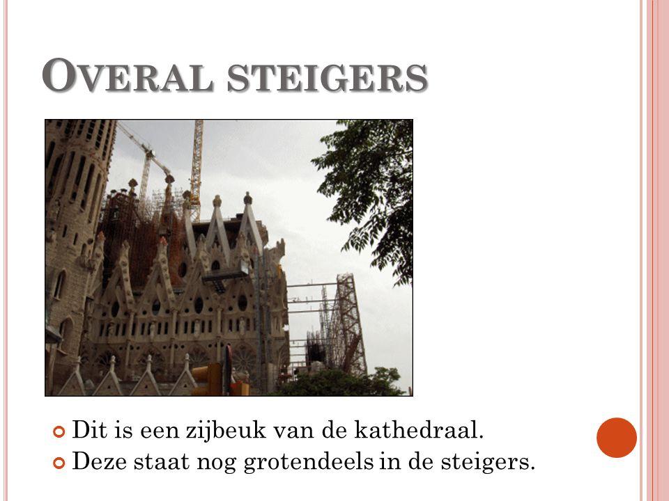 O VERAL STEIGERS Dit is een zijbeuk van de kathedraal. Deze staat nog grotendeels in de steigers.