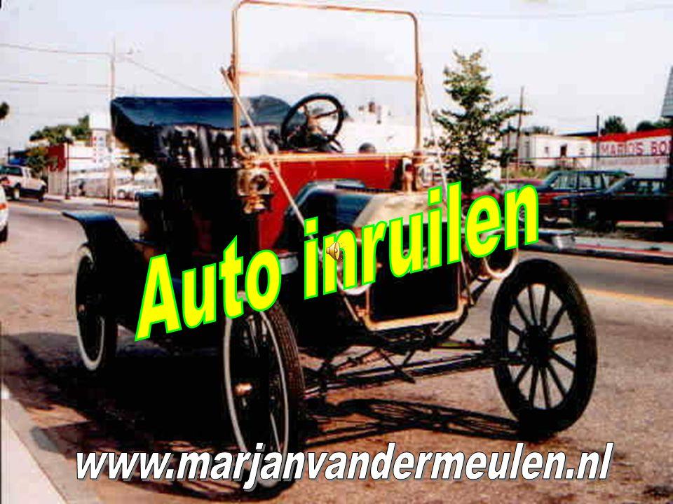 Een Surinamer heeft een auto van tig jaar oud.
