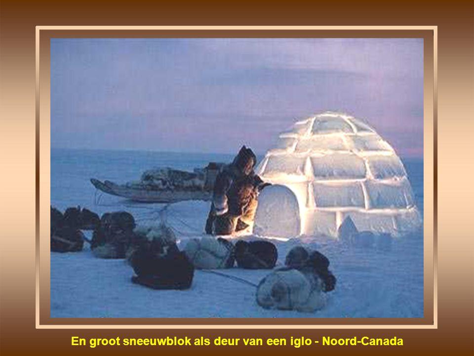 En groot sneeuwblok als deur van een iglo - Noord-Canada