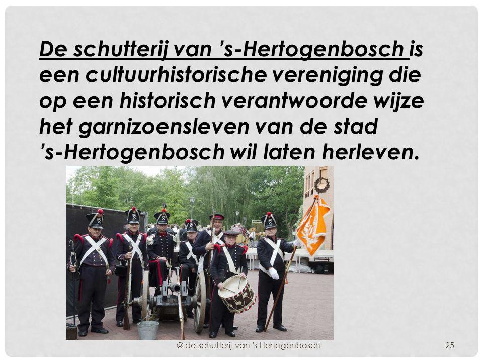 Het vaandel van de dienstdoende schutterij van 's-Hertogenbosch werd door de Commandant op het bordes van het stadhuis aan het Gemeentebestuur overg