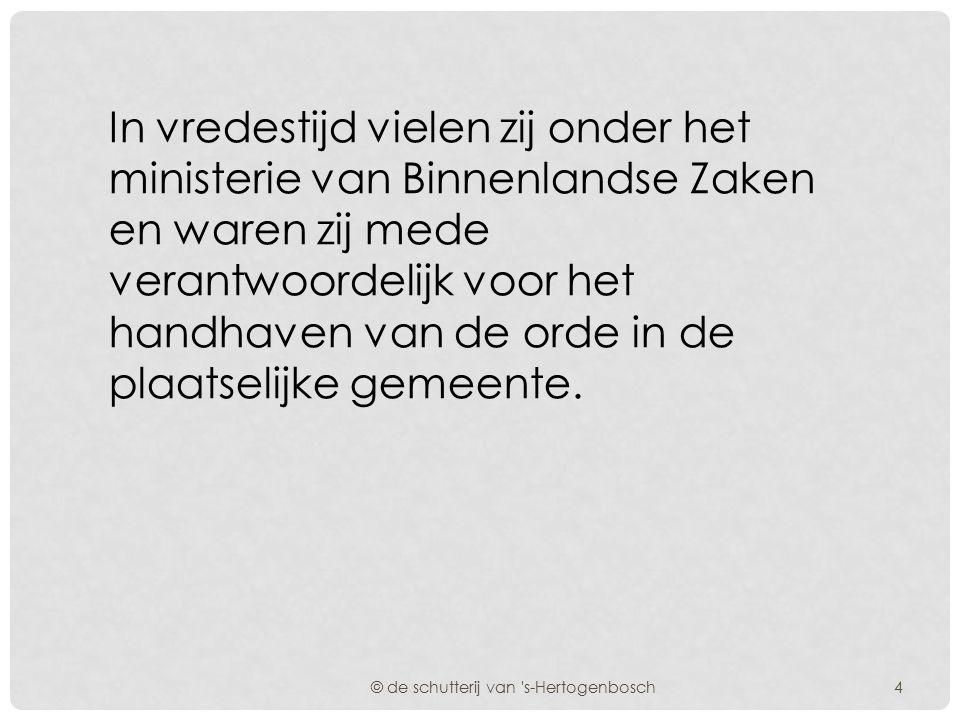 Het vaandel van de dienstdoende schutterij van s-Hertogenbosch werd door de Commandant op het bordes van het stadhuis aan het Gemeentebestuur overgedragen.