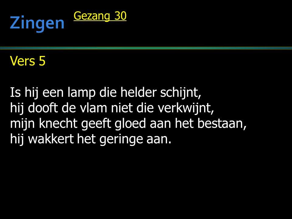 Vers 5 Is hij een lamp die helder schijnt, hij dooft de vlam niet die verkwijnt, mijn knecht geeft gloed aan het bestaan, hij wakkert het geringe aan.