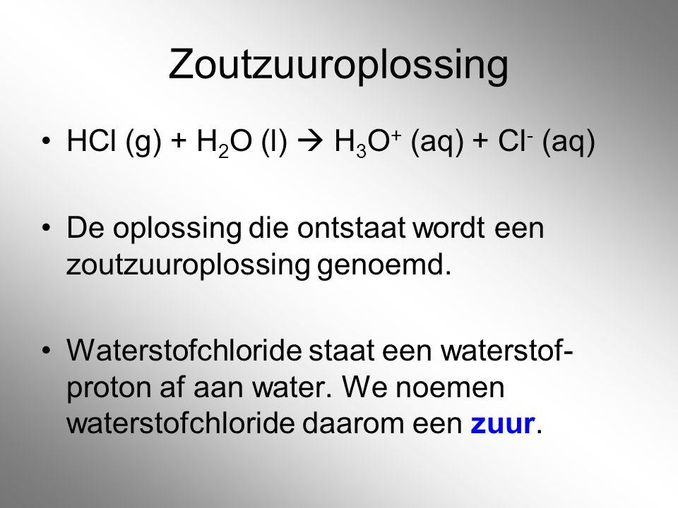 Zoutzuuroplossing HCl (g) + H 2 O (l)  H 3 O + (aq) + Cl - (aq) De oplossing die ontstaat wordt een zoutzuuroplossing genoemd. Waterstofchloride staa