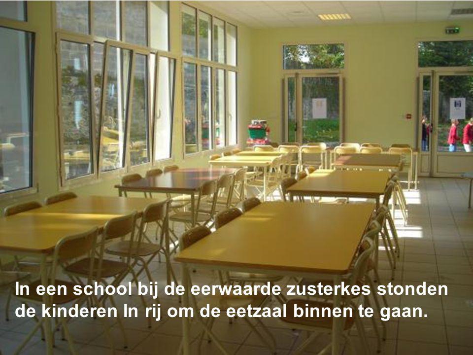 In een school bij de eerwaarde zusterkes stonden de kinderen In rij om de eetzaal binnen te gaan.
