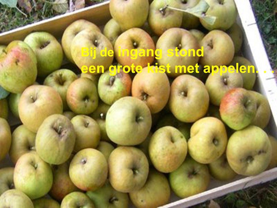 Bij de ingang stond een grote kist met appelen...