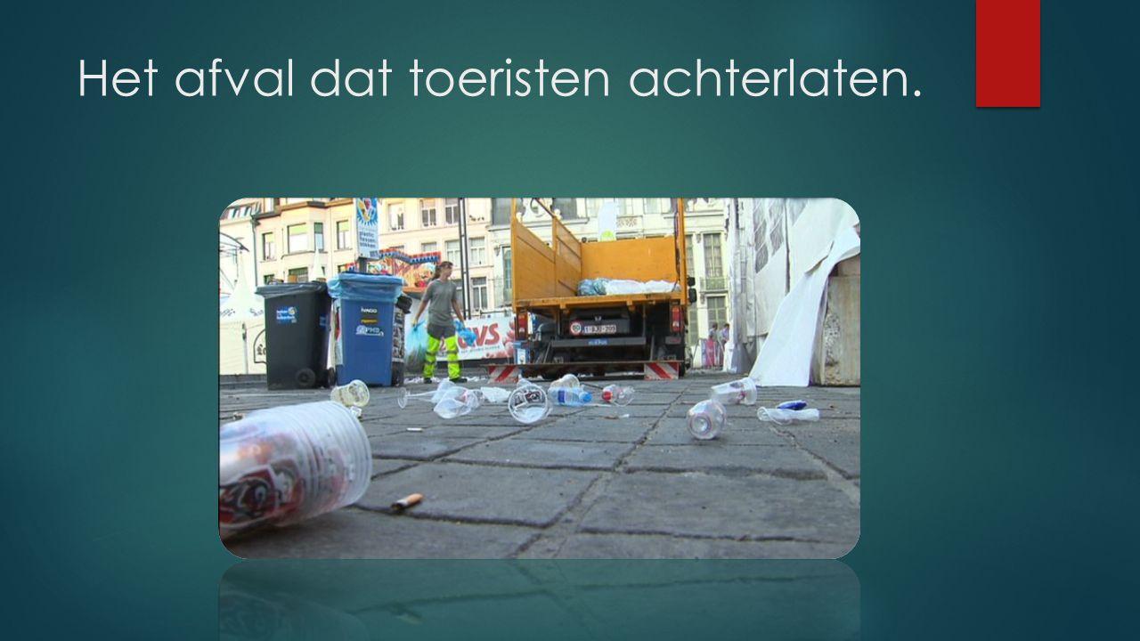 Het afval dat toeristen achterlaten.