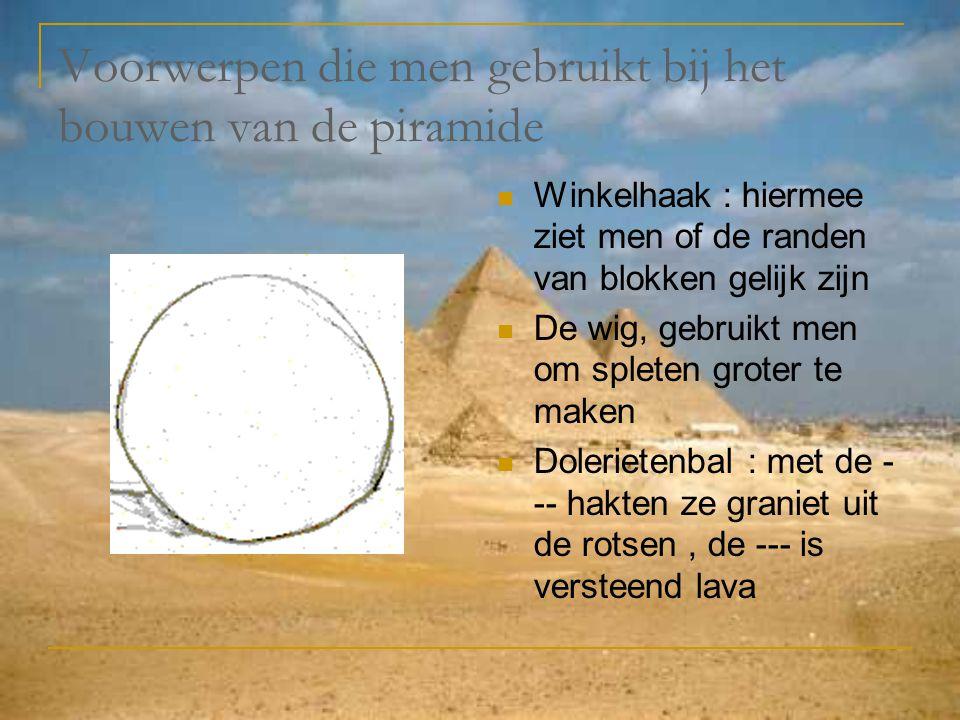 Voorwerpen die men gebruikt bij het bouwen van de piramide Winkelhaak : hiermee ziet men of de randen van blokken gelijk zijn De wig, gebruikt men om