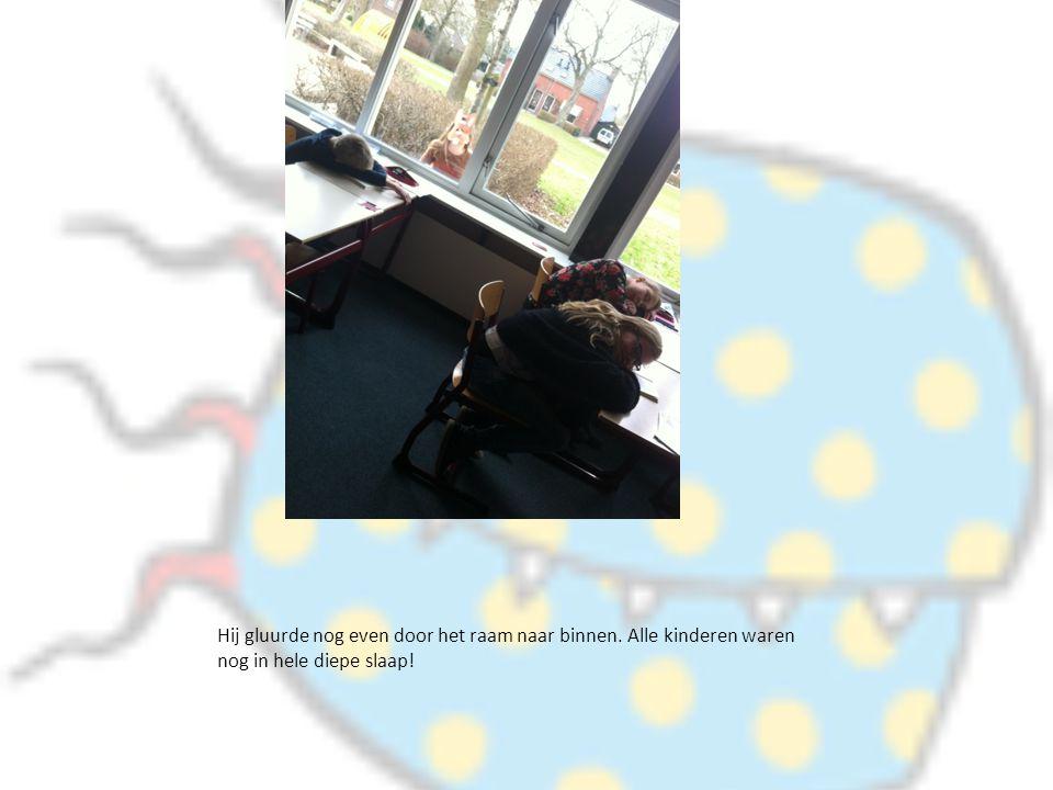 Hij gluurde nog even door het raam naar binnen. Alle kinderen waren nog in hele diepe slaap!
