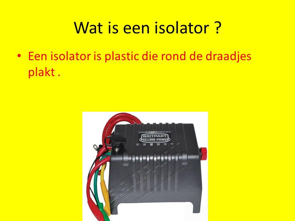 Wat is een isolator ? Een isolator is plastic die rond de draadjes plakt.