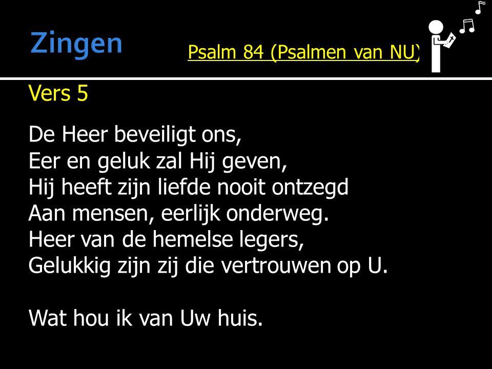 Vers 5 De Heer beveiligt ons, Eer en geluk zal Hij geven, Hij heeft zijn liefde nooit ontzegd Aan mensen, eerlijk onderweg.