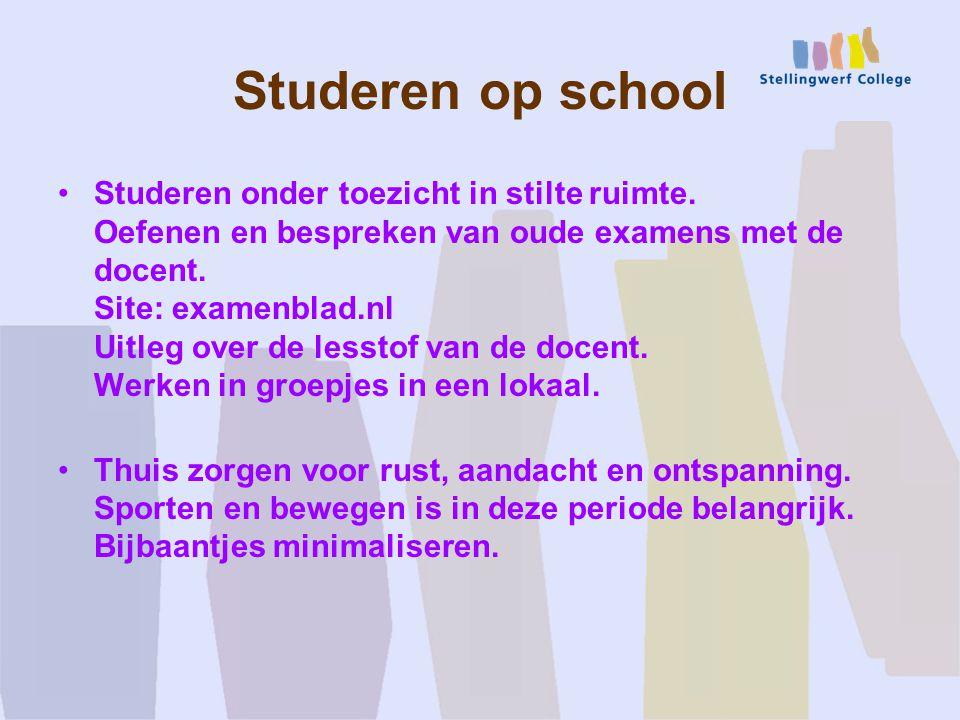 Studeren op school Studeren onder toezicht in stilte ruimte.