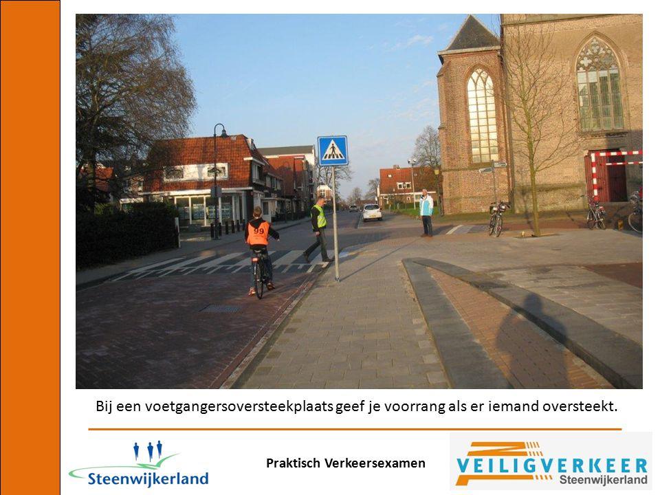 Praktisch Verkeersexamen Bij een voetgangersoversteekplaats geef je voorrang als er iemand oversteekt.