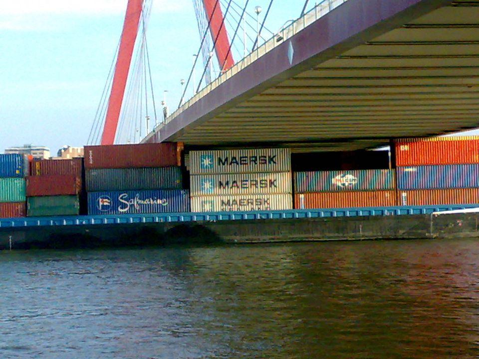 Een vrachtschip heeft woensdagmorgen 18 april 2012, in de Rotterdamse Nieuwe Maas een aantal containers verloren nadat het de Willemsbrug had geraakt.