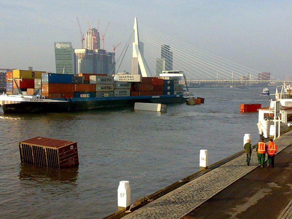We kunnen gelijk een kijkje nemen bij de bouw van De Rotterdam Het is bijna net zo hoog als De Toren op Zuid die is 96 meter, de Rotterdam moet 149 meter worden maar het gaat snel