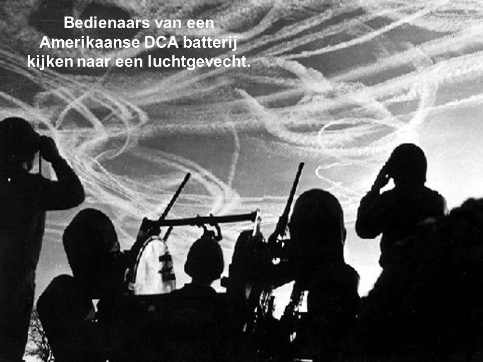Troepen van het 101e Airborne zien Dakota's levensmiddelen afwerpen boven Bastogne.